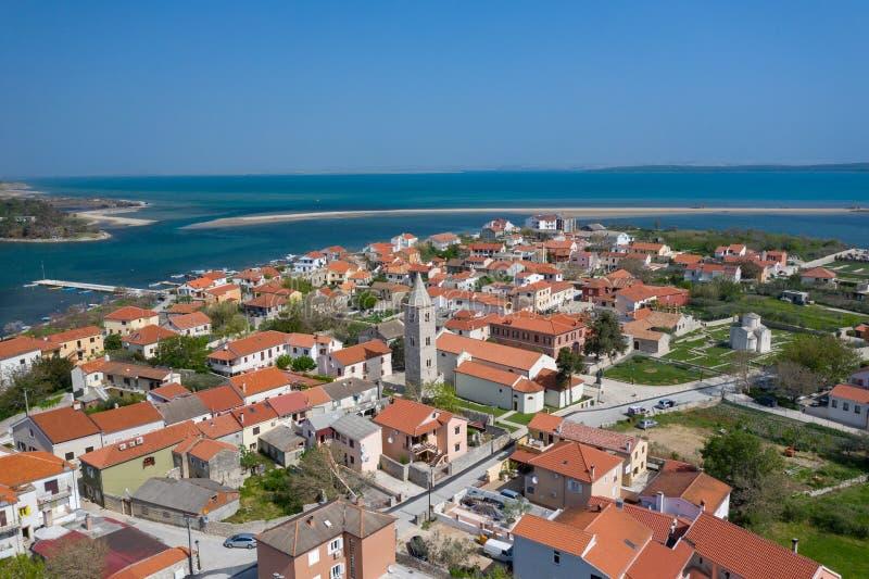 Vogelperspektive der Stadt von Nin Sommerzeit in Dalmatien-Region von Kroatien K?stenlinien- und T?rkiswasser und blauer Himmel m stockfoto