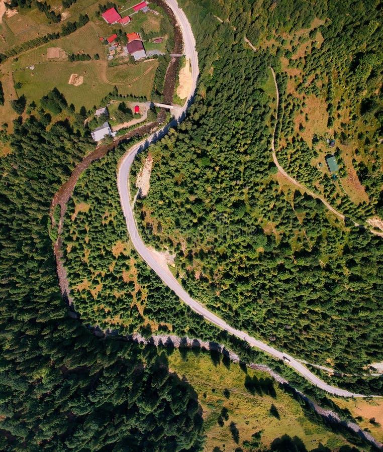 Vogelperspektive der Straße auf dem Berg lizenzfreie stockfotos