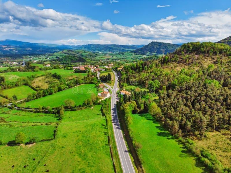 Vogelperspektive der Straße durch die Felder und den Wald lizenzfreie stockfotos