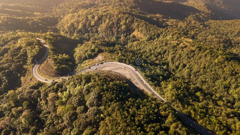 Vogelperspektive der Straße in der Gebirgstal Inthanon-Staatsangehöriggleichheit lizenzfreies stockfoto