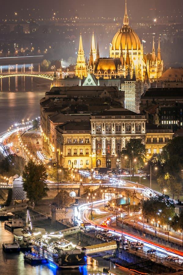 Vogelperspektive der Straßen nahe zum Parlament von Budapest in Ungarn lizenzfreie stockfotos