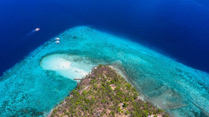 Vogelperspektive der Sumilon-Insel, sandiger Strand mit den Touristen, die im schönen klaren Meerwasser des Sumilon-Inselstrandes lizenzfreies stockfoto