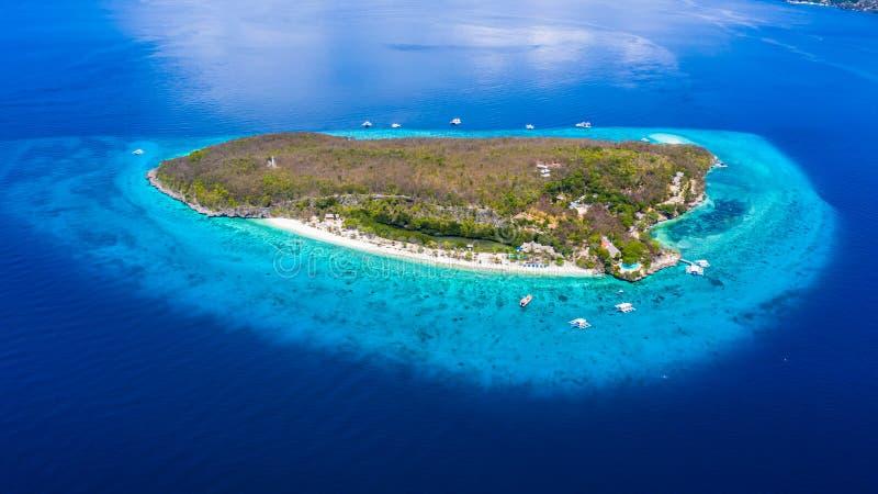Vogelperspektive der Sumilon-Insel, sandiger Strand mit den Touristen, die im sch?nen klaren Meerwasser des Sumilon-Inselstrandes stockbilder