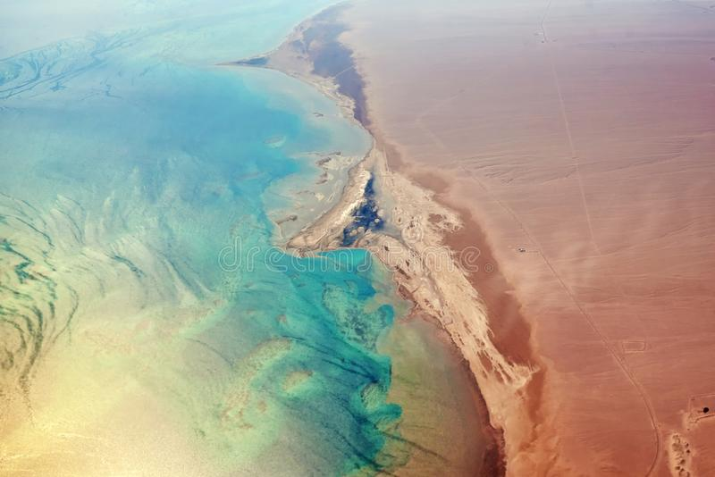 Vogelperspektive der Türkisseeküste und des sandigen Strandes lizenzfreie stockfotos