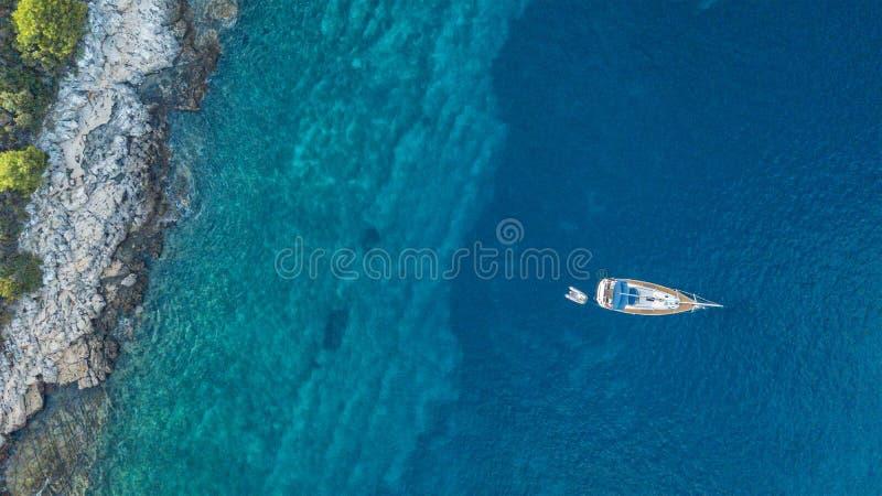 Vogelperspektive der Verankerung der Yacht nahe bei der Insel stockfotografie