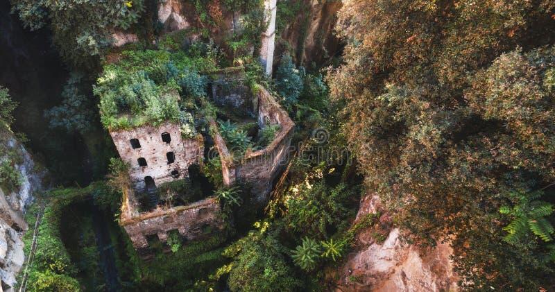 Vogelperspektive der verlassenen alten M?hle in der Schlucht Sorrent-Stadt, Italien, Stra?e der Gebirgsalten Stadt, Tourismuskonz stockfotos
