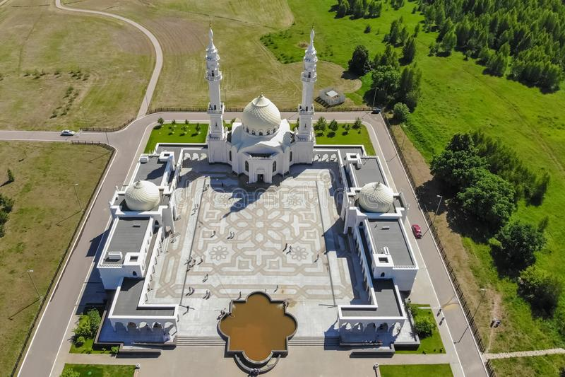 Vogelperspektive der weißen Moschee Draufsicht des Moscheensees und -waldes stockfotos
