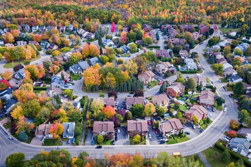 Vogelperspektive der Wohnnachbarschaft in Montreal während Autumn Seasons, Quebec, Kanada stockbilder