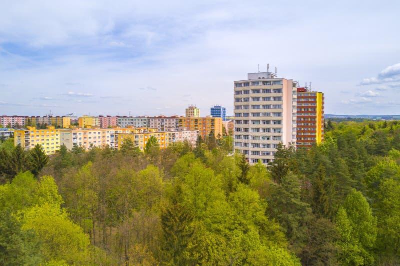 Vogelperspektive der Wohnsiedlung nahe Stadtpark stockfoto