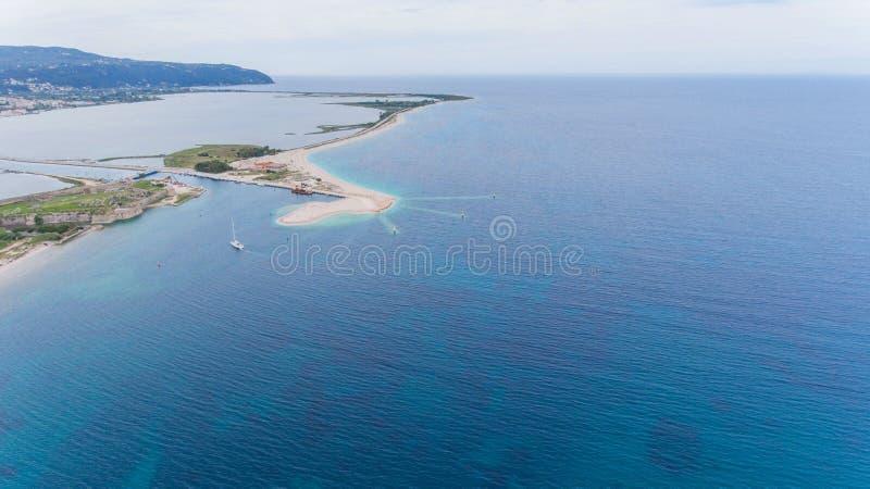 Vogelperspektive der Yacht, die vom Meer nach Lefkas, Griechenland zurückgeht stockfotografie
