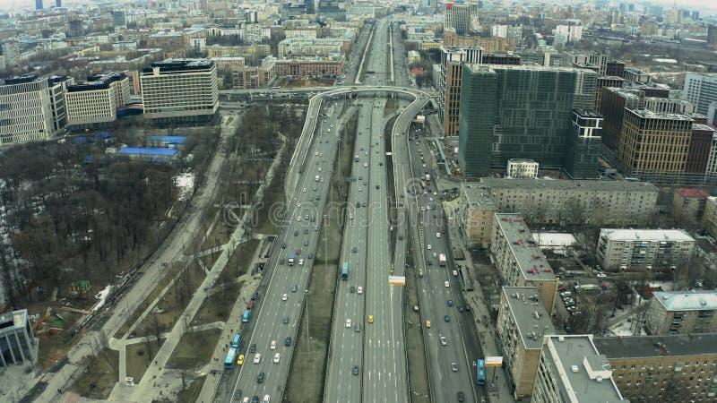 Vogelperspektive des Alleenaustausches Leningradsky Prospekt innerhalb des Stadtbilds von Moskau Russland lizenzfreie stockfotos