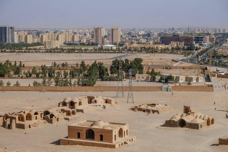 Vogelperspektive des alten Zoroastrian Gebäudes und moderne Architektur in Yazd-Stadt, der Iran stockbilder
