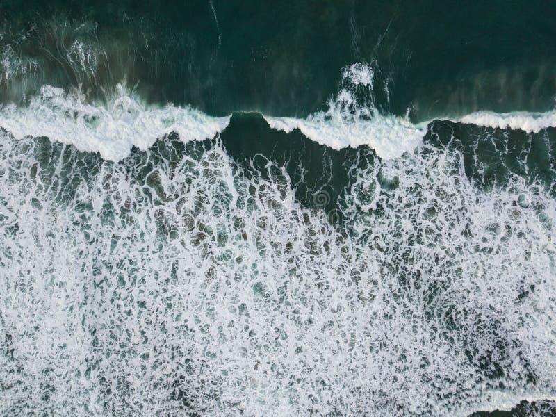 Vogelperspektive des Atlantiks und der Wellen stockfoto
