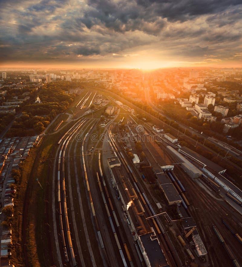 Vogelperspektive des Bahnhofs bei Sonnenuntergang stockbild