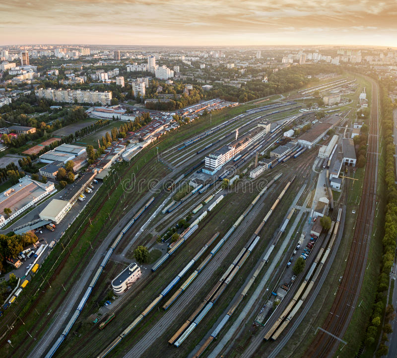 Vogelperspektive des Bahnhofs bei Sonnenuntergang stockfoto