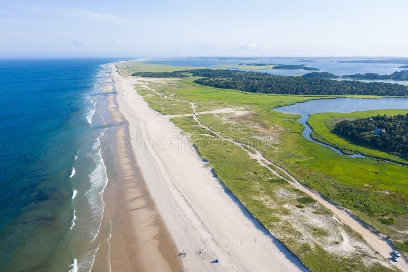 Vogelperspektive des Cape Cod-Strand-und -salz-Sumpfes stockbild