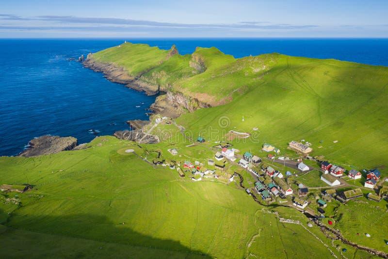 Vogelperspektive des Dorfs in Mykines-Insel in Färöern, Nord-Atlantik Foto gemacht durch Brummen von oben Nordisches natürliches stockfoto