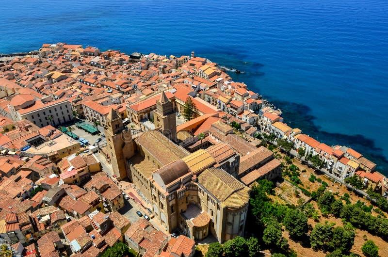 Vogelperspektive des Dorfs und der Kathedrale in Cefalu, Sizilien stockfotos