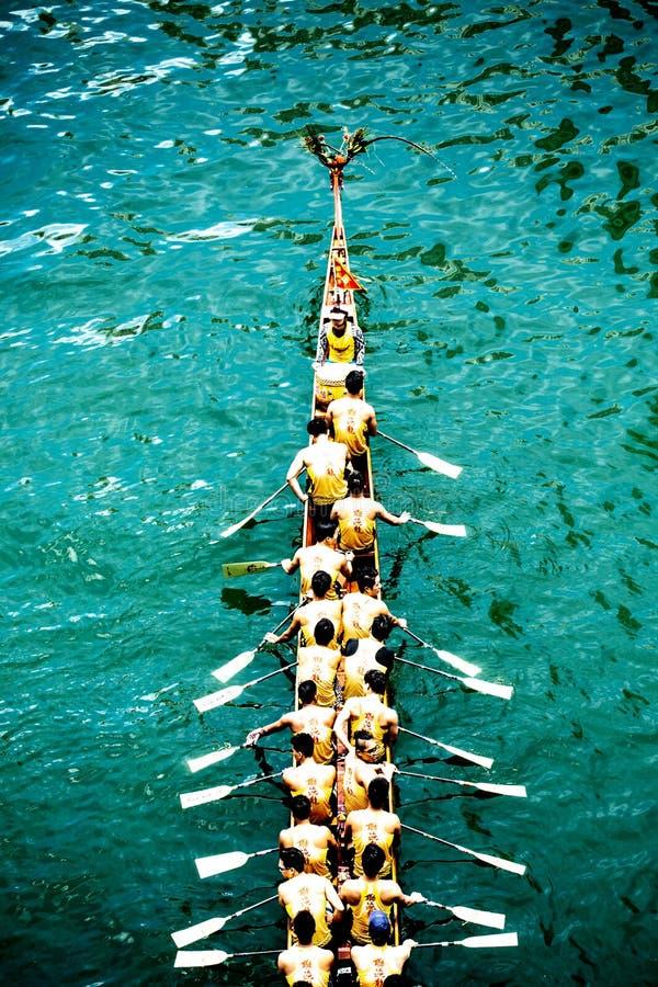 Vogelperspektive des Drachebootes mit chinesischen Dracheköpfen stockfoto