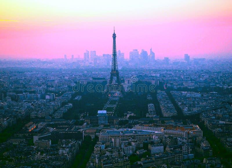 Vogelperspektive des Eiffelturms, La-Verteidigung und die Dachspitzen von Paris während eines herrlichen Sonnenuntergangs, Frankr stockbilder