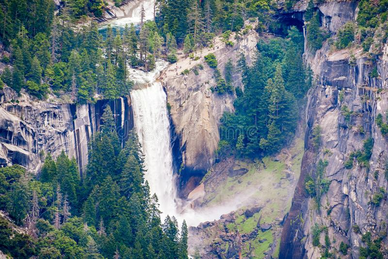 Vogelperspektive des frühlingshaften Falles und des Emerald Pools, Yosemite Nationalpark, Sierra Nevada -Berge, Kalifornien; Leut lizenzfreies stockbild