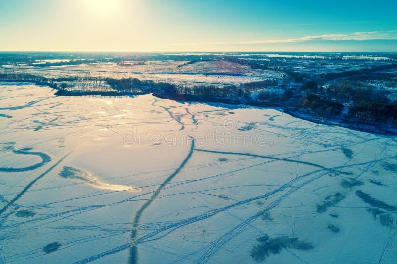 Vogelperspektive des gefrorenen Sees im Winter lizenzfreies stockfoto