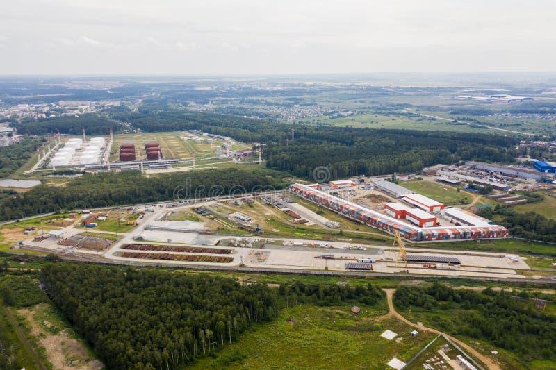 Vogelperspektive des großen Lagers Logistikmitte in der Industriestadtzone von oben Brummen-Bild lizenzfreie stockfotos
