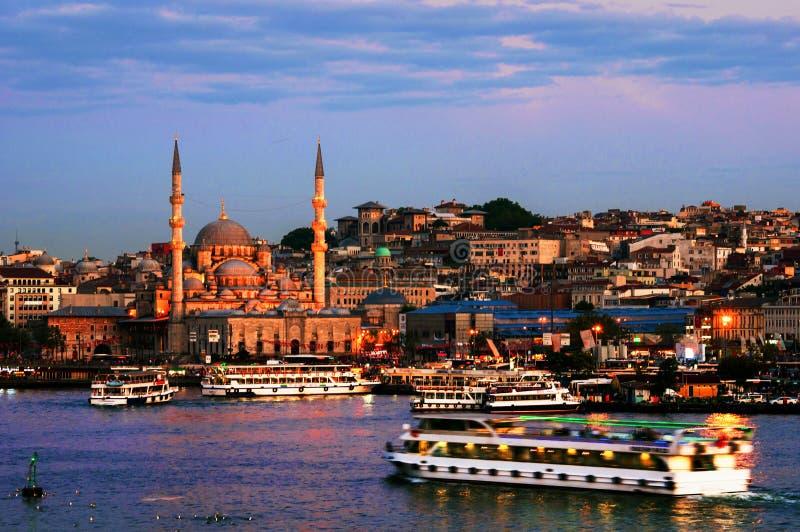 Vogelperspektive des Hafens mit den Schiffen, die den Fluss Bosporus in Istanbul, die Türkei hinuntergehen lizenzfreie stockbilder