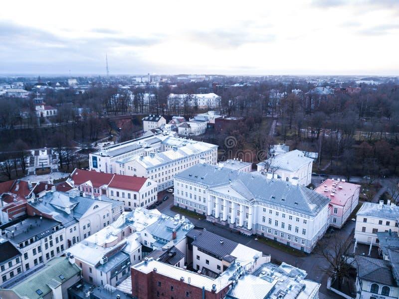 Vogelperspektive des Hauptgebäudes der Universität von Tartu lizenzfreie stockfotos