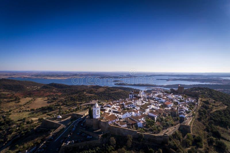 Vogelperspektive des historischen Dorfs von Monsaraz in Alentejo mit dem Alqueva-Verdammungsreservoir auf dem Hintergrund stockfoto