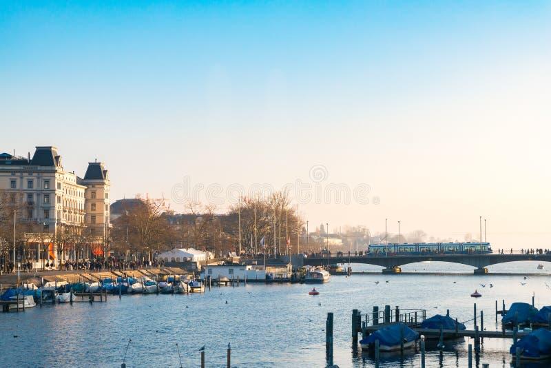 Vogelperspektive des historischen Zürich-Stadtzentrums mit Pier am Fluss Limmat und am See Zürich die Schweiz stockbild