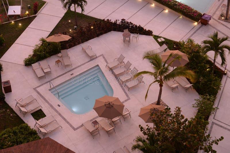 Vogelperspektive des Hotelpools stockfotos