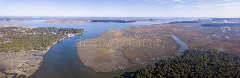 Vogelperspektive des Küsten- Waldes, der Inseln und des Sumpfes in Süd-Carol stockfotografie