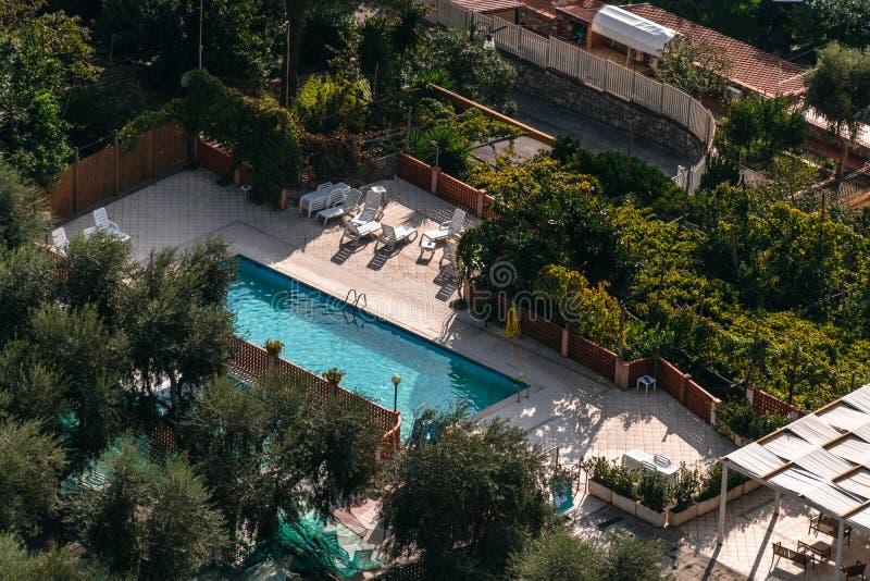 Vogelperspektive des kleinen RechteckSwimmingpools in den Olivenbäumen, Italien, Reiseferienkonzept lizenzfreie stockfotos