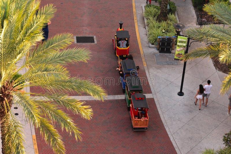 Vogelperspektive des kleinen Zugs und der Paare, die bei Orlando Eye Area gehen stockbilder