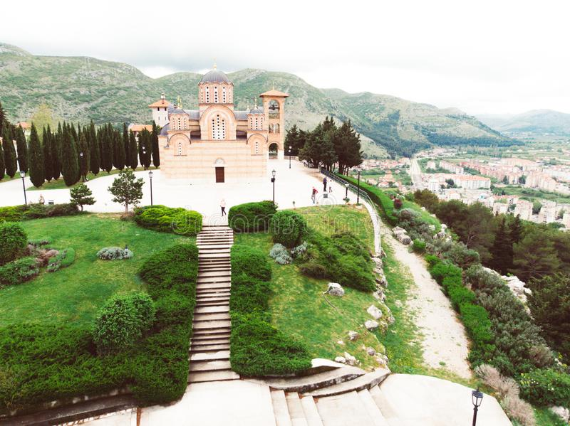 Vogelperspektive des Klosters Hercegovacka Gracanica in Trebinje Bosnien und Hercegovina stockbild