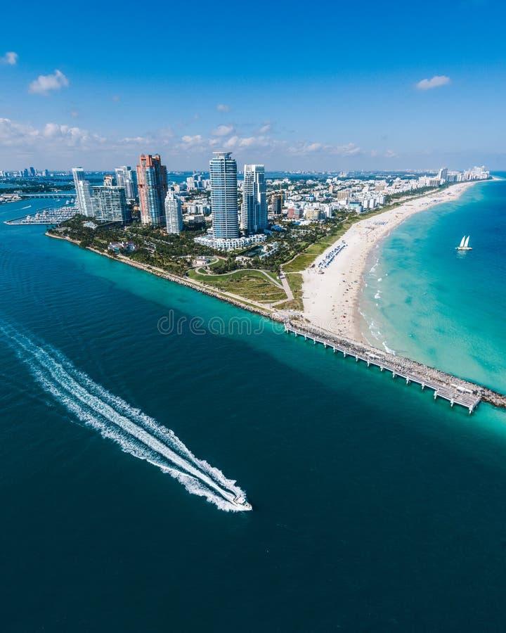 Vogelperspektive des Miami Beachs mit Schnellboot in der Ansicht lizenzfreie stockfotografie