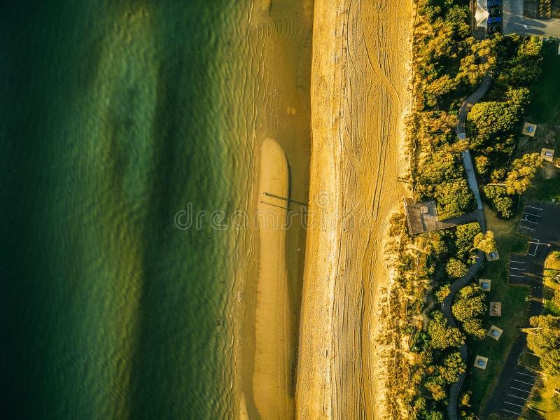 Vogelperspektive des Ozeanstrandes bei Sonnenuntergang lizenzfreies stockfoto