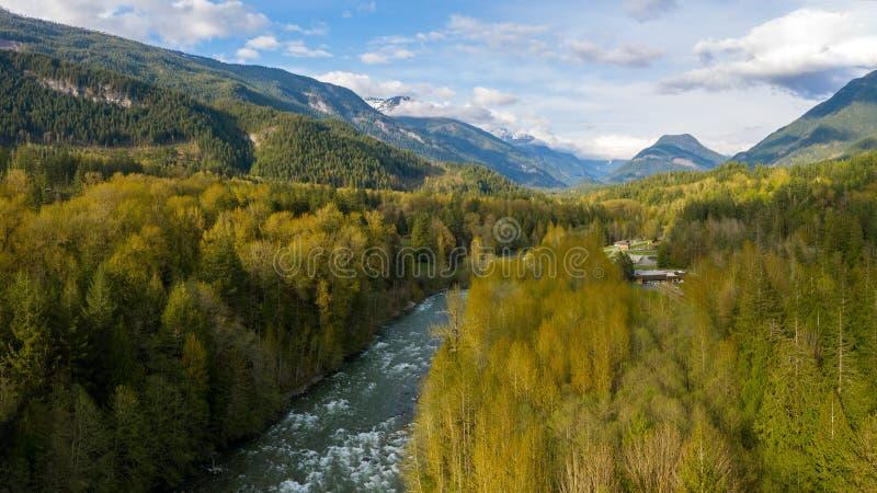 Vogelperspektive des Panoramas am Punkt wo die Slesse-Nebenflussflüsse in den Chilliwack-Fluss mit der Welch-Spitze in lizenzfreie stockbilder