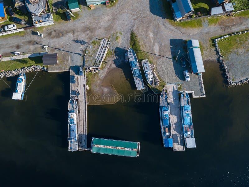 Vogelperspektive des Piers im Teletskoye See mit den Schiffen, Schiffen und Booten festgemacht zur Küste nahe dem Dorf von Iogach lizenzfreies stockfoto
