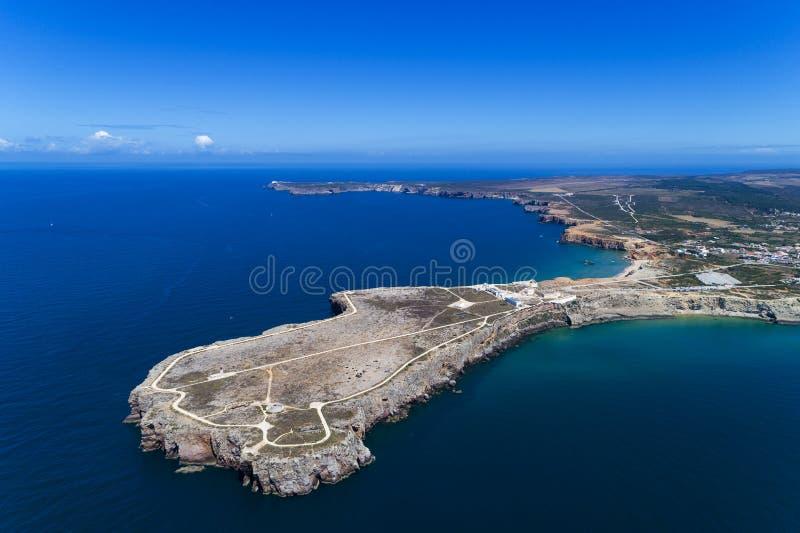 Vogelperspektive des Punktes Sagres Sagres mit dem Heiligen Vincent Cape u. x28; Cabo de Sao Vincente& x29; auf dem Hintergrund i stockfotografie