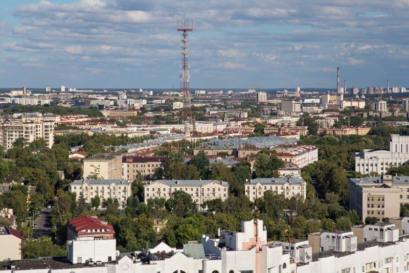 Vogelperspektive des südöstlichen Teils von Minsk mit alten sowjetischen Gebäuden und dem Minsk Fernsehturm wurde im Jahre 1956 a stockfoto