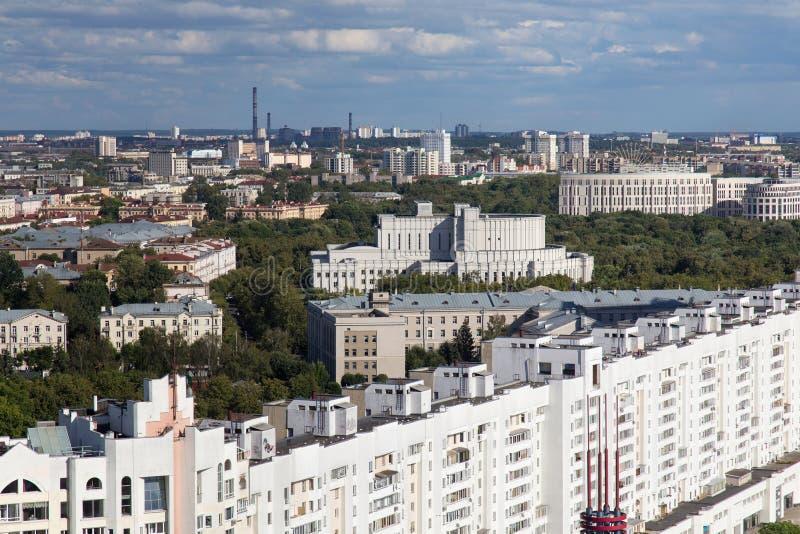Vogelperspektive des Südteils des Minsks mit Gebäude der nationalen Oper von Weißrussland wurde im Jahre 1938 und andere Gebäude  stockfoto