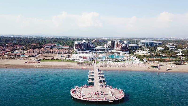 Vogelperspektive des sandigen Strandes im schönen klaren Meerwasser bildschirm Draufsicht des touristischen Strandes durch das Me stockfoto