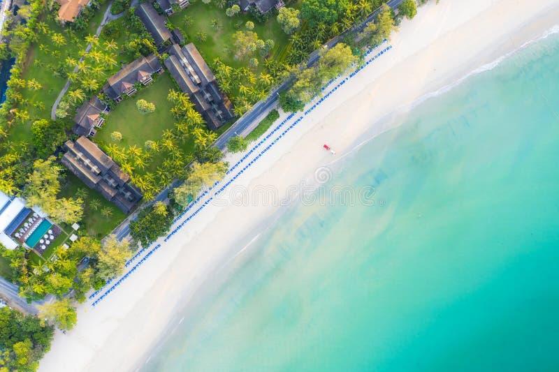 Vogelperspektive des sandigen Strandes mit den Touristen, die im schönen klaren Meerwasser in Phuket, Thailand schwimmen stockfotografie