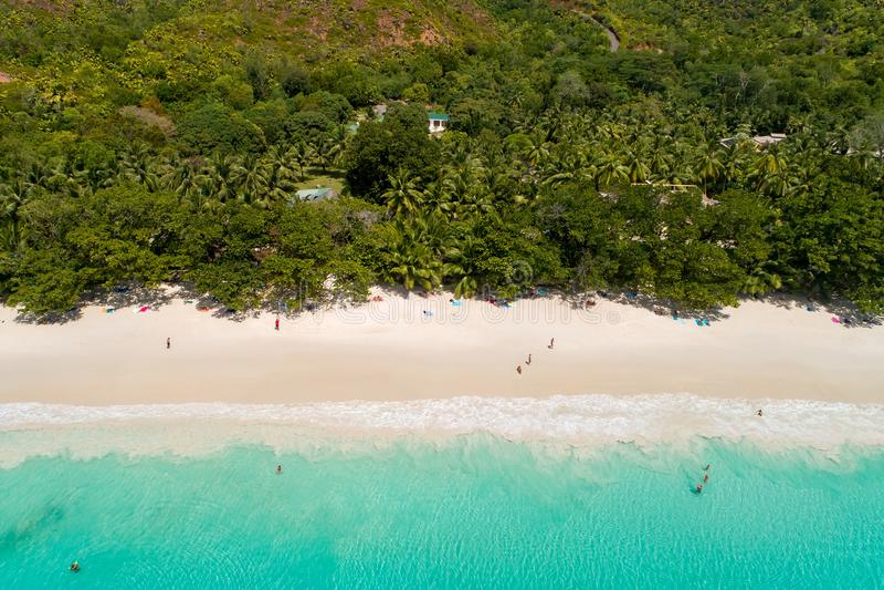 Vogelperspektive des sandigen Strandes mit den Touristen, die im schönen klaren Meerwasser schwimmen stockfotos