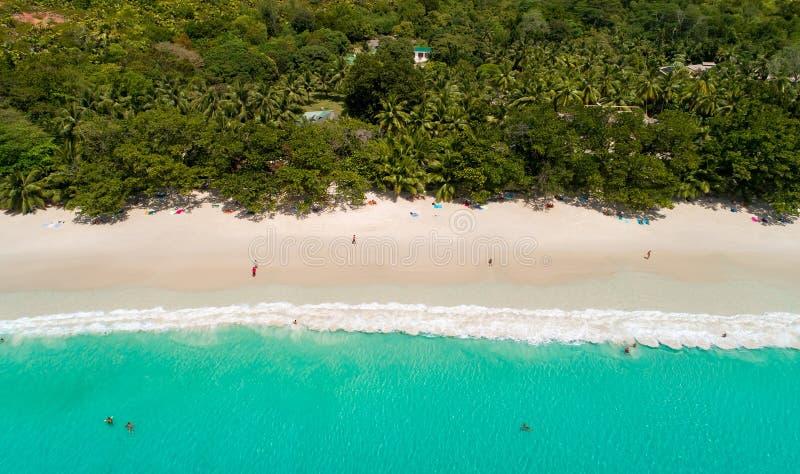 Vogelperspektive des sandigen Strandes mit den Touristen, die im schönen klaren Meerwasser schwimmen lizenzfreies stockbild
