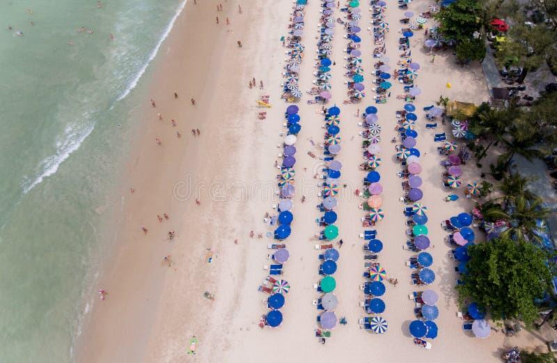 Vogelperspektive des sandigen Strandes mit den Touristen, die in schönem c schwimmen lizenzfreie stockfotografie