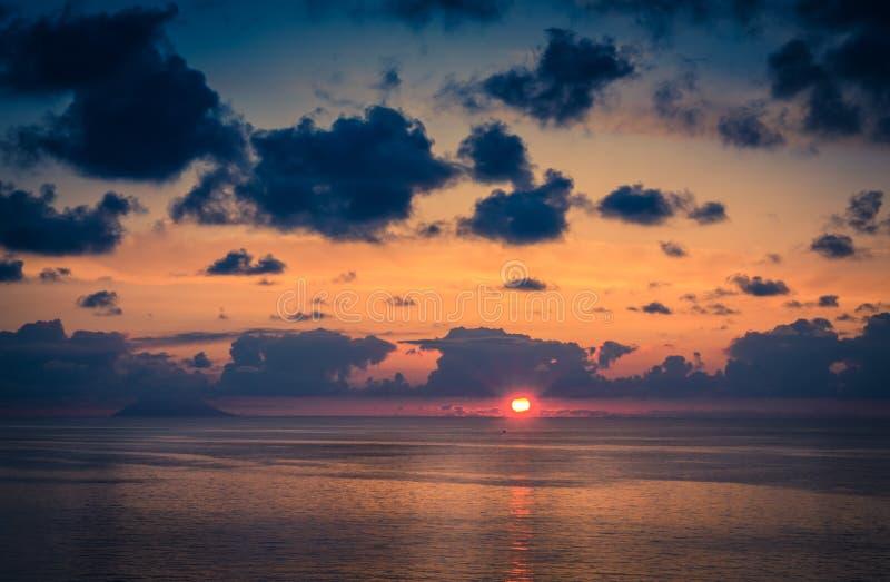 Vogelperspektive des schönen erstaunlichen Seesonnenuntergangs, Sonnenscheinstrahlen, Meerblick, endlose Horizontskyline, Farbdra stockfoto