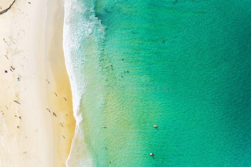 Vogelperspektive des schönen sandigen Strandes mit den Touristen, die in schönem andaman Meer in Phuket Thailand, überraschender  lizenzfreie stockfotos